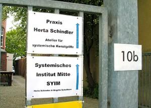 Der Zugang zum Systemischen Institut Mitte SYIM in der Sickingenstraße 10b in Kassel führt rechts an der Fabrik Chasalla vorbei über den Außenparkplatz.